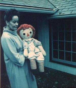 """930869cbb3 2.""""แอนนาเบล สุดน"""" ในปี 1970 มีคุณแม่ใจดีผู้หนึ่งซื้อตุ๊กตา """"เร็กเกดี้แอนด์""""  ขนาดเท่าเด็ก 4 ขวบ (ที่มีผมเป็นไหมพรมสีแดงและใส่ชุดเอี้ยม) ..."""