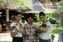มิสยูนิเวิร์สไทยแลนด์ 2012 อุ้มลูกสุนัขบางแก้ว ถ่ายทำวีทีอาร์ที่พิษณุโลก