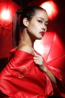 หญิงสาวในชุดสีแดง