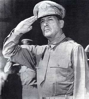 นายพล  แม็คอาเธอร์แม่ทัพสหรัฐผู้ควบคุมแผ่นดินเอเชียในสงครามโลกครั้งที่ 2