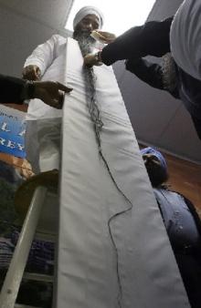 ชายโคลัมเบียหนวดยาวที่สุดในโลกลง Guinness Book