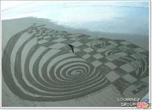 ว่างจัด ไปวาดรูปเล่นบนหาดทรายซะงั้น