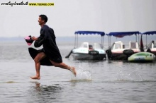 นักศึกษาจีนถ่ายรูปรับปริญญาบนผิวน้ำ