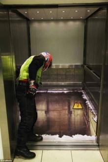 ขึ้นลิฟท์นี้มีเสียว ภาพเหมือนสามมิติ บนพื้นลิฟท์