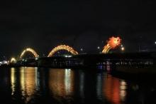 สะพานมังกรทอง ยามค่ำที่เวียดนาม