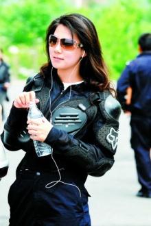 ตำรวจหญิงพันธุ์ใหม่ สวย - แกร่ง