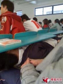 แอบนอนในห้องเรียน (ห้ามเลียนแบบนะเด็กๆ)