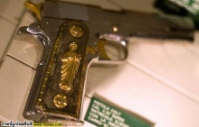 ปืนสวยๆ ที่ยึดจากพ่อค้ายาเสพติด