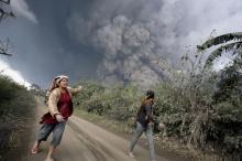 ภาพนาทีชีวิต หลังภูเขาไฟซินาบังระเบิด
