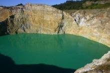 ทะเลสาบเปลี่ยนสีบนยอดภูเขาไฟ KELIMUTU