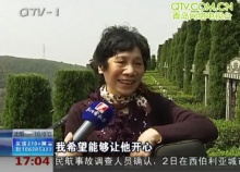 รักแท้! คุณยายชาวจีนเล่นกีตาร์ให้สามีฟังหน้าหลุมศพ
