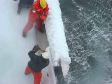 เรือกลางมหาสมุทร เย็นจนเป็นน้ำแข็ง