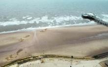 ฮือฮา! รอยเท้ายักษ์ริมชายหาดทะเล