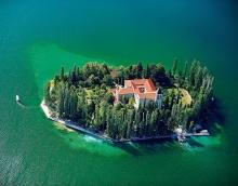 คฤหาสน์บนเกาะจิ๋ว บ้านสวยกลางสายน้ำ