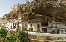 เมืองแห่งนี้ ตั้งขึ้นใต้ก้อนหินยักษ์